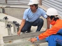 現地の労働者に、技術的な指示を出していくテクニシャン。エンジニアリング会社SVと労働者の架け橋となる重要な存在です。