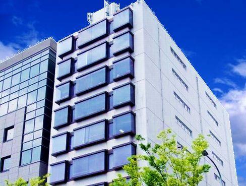 配属先となる京都本社は、街中でコンビニも近く便利。烏丸御池から徒歩すぐで通勤もしやすい好立地です。また転勤もありませんので、京都で腰を据えて働きたい方にもおすすめです。