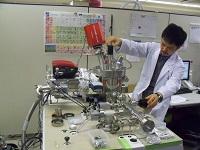 https://iishuusyoku.com/image/同社の主力製品である「昇温脱離分析装置」。お客様から依頼を受けた分析業務も、本社の研究室にて行っています。