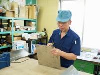 https://iishuusyoku.com/image/出荷作業は、ベテランの先輩が教えてくれます。1つひとつの作業を通じて、営業に必要な知識を習得してくださいね。