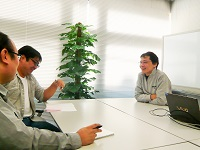 https://iishuusyoku.com/image/打ち合わせ風景です。プロジェクトチームのメンバーが集まって開発のアイデアを出し合うのも、自社内開発だからこそ!