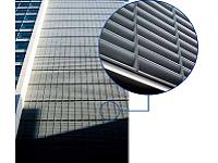 https://iishuusyoku.com/image/大型ビルにある大量の空調室外機。その騒音対策として活躍している、同社の防音ルーバー。優美な外観で景観も損ねません。