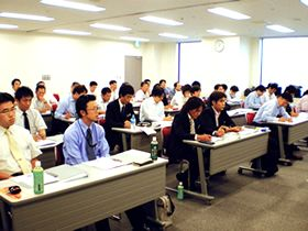 https://iishuusyoku.com/image/新入社員研修のほか、階級別・役職別研修など、各種研修も充実。更に、年2回通信教育も行っており、仕事に関わる資格であれば、自分で選択して受講できます。