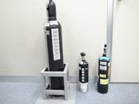 """高圧ガスの容器(瓶)の一部です。1つ1つの""""瓶""""を管理するバーコードも、同社のシステムで管理・印字できます。"""