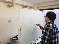 入社後は、先輩が日替わりで研修講師を務めます!ホワイトボードを使って、まるで学校みたいですね!