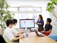 https://iishuusyoku.com/image/営業とエンジニアがチームで業務を進めていく「バーチャルビジネスユニット」の打ち合わせ風景です。