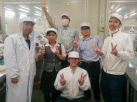 https://iishuusyoku.com/image/川田工場の先輩社員。化粧品を知らなくても大丈夫!私たちが一からしっかりと教えますので安心してください。