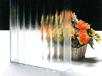 世界最大級の某ガラスメーカー製の特殊ガラスの設計・施工・販売を行っている、日本で唯一のユニークな会社です。