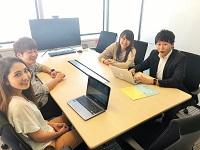 東京の街が一望できる、最高な景色が自慢のミーティングルーム。メンバーで意見やアイデアを出し合い、お客様への提案をまとめていきます。