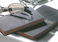 スマホやタブレットが普及した今でも、根強い支持を誇る「手帳」。同社の製品は奈良の自社工場で生産され、便利さはもちろん、デザインや品質そのものにこだわり抜いています。