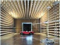 電波暗室(外部からの電磁波の影響を受けないシールド空間)内に設置される同社のEMC計測装置。大手自動車メーカー各社の検査に使用されています。