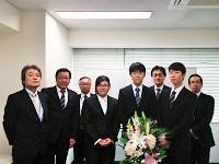 https://iishuusyoku.com/image/新卒で入社した先輩たちの入社式の写真です!年の近い先輩がいるので、何かと心強いはず!