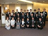 https://iishuusyoku.com/image/創立25周年記念式典にて。社員同士の年も近く、仲良しな様子が伝わってきますね!