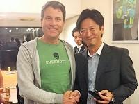 https://iishuusyoku.com/image/エバーノート社のパートナーを集めた懇親会が開催され、クリス・オニールCEOとD社の代表が挨拶を交わしました。