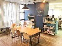https://iishuusyoku.com/image/移転したばかりの新しいオフィスには、カフェ風の休憩・打ち合わせスペースも設置しています。
