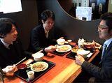 https://iishuusyoku.com/image/お昼休憩の一コマ!こういったフランクな場で見積もりからクライアント対策まで、先輩社員からアドバイスをもらうこともしばしば。