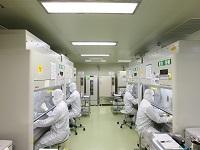 https://iishuusyoku.com/image/クリーンルーム内での業務は真剣そのもの!患者さんの治療に直接使用される 細胞加工業務は、大切な患者さんやご家族の心にしっかりと寄り添いながら 慎重に行われています。