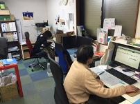 http://iishuusyoku.com/image/社内は社員同士の距離が近く、先輩が近くにいますので何か不安な点やわからないことがあったら積極的に質問してくださいね!