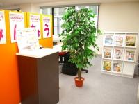 https://iishuusyoku.com/image/オレンジを基調としたオシャレなオフィス。ここから新しいWebサービスを生み出していきます!