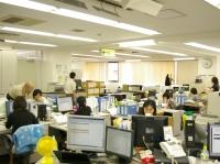 広々としてきれいなオフィス。落ち着いた雰囲気なので、のびのび仕事ができますよ!