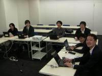 https://iishuusyoku.com/image/こちらは会議の様子です。役職の上下に関わらず、意見を交換し合う質の高い会議を心掛けています。