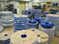 https://iishuusyoku.com/image/本社に併設する倉庫には、多数の商品をラインナップ。写真は、工業用のゴムホースです。