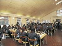 http://iishuusyoku.com/image/社員食堂「こもれび」では、社員やお客様の昼食を提供しており、大ホールや洋室および和室を食事の場所として利用しています。