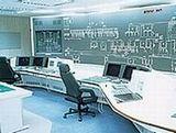 https://iishuusyoku.com/image/同社がオーダーメイドで作っている特殊監視卓。皆さんもテレビ等で一度は目にしたことがありませんか?変電所や交通管制センター、ネットワークセンター等、さまざまな場所に導入されています。