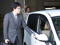 https://iishuusyoku.com/image/社用車でお客様を訪問します。「いってらっしゃい」と声を掛け合う、温かい風土のある会社です。