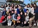 https://iishuusyoku.com/image/写真はバレンタインデーの写真で社長が社員にチョコをプレゼント!年内通して、社内イベントも多くありアットホームな社風です☆