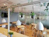 ミーティングスペースや休憩のためのリフレッシュルームもあります。