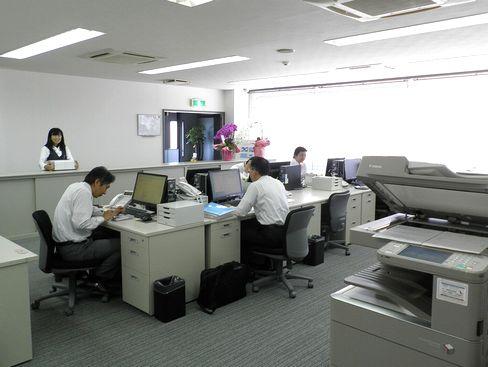 http://iishuusyoku.com/image/オフィスの様子です。入社した方にはガラスの専門知識を身につけた建築の専門家として、設計事務所などへ商品の提案をしていただきます。
