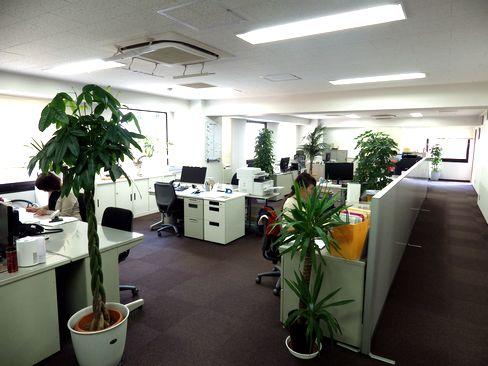 https://iishuusyoku.com/image/オフィスの様子です。社内の雰囲気はフランクで社員同士の距離も近いのが特徴。自主性を尊重し、個人に任せる社風なので、自ら色々な工夫ができ、やりがいがあります。