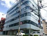 関西オフィスの外観です。駅チカで通勤にも便利。安定した経営基盤を築いているので、腰を据えて長く働きたい方にもおすすめの環境です。