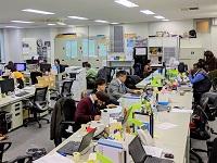 https://iishuusyoku.com/image/英語が行き交うグローバルなオフィス。土日祝休みなのでオンとオフの切り替えもバッチリです。