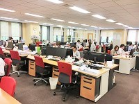 広々としてオープンなオフィス。あらゆる年齢、経験を持つ社員が集まっています。落ち着いていて和やかな社風です。