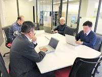 https://iishuusyoku.com/image/週に1度、営業ミーティングを実施。お客様から収集した情報をメンバーで共有し、営業戦略を考えます。