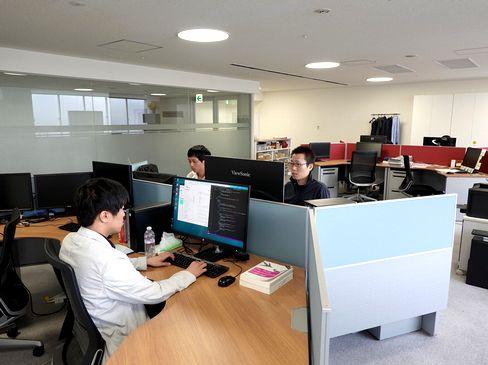 http://iishuusyoku.com/image/自社内開発で全員が社内にそろうため、社員同士の距離も近く、わからないことはすぐに相談できます。完全週休2日制で、平均残業時間は月10h未満。無理なく仕事に集中することができるでしょう。