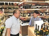 https://iishuusyoku.com/image/商談風景です。自社の輸入したワインを取り扱っていただけるよう、信頼関係を構築しながら提案していきます。