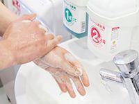 みなさんが駅やショッピング先で利用する手洗い石鹸や消毒液の多くは同社の製品!私たちの生活に身近な存在です。