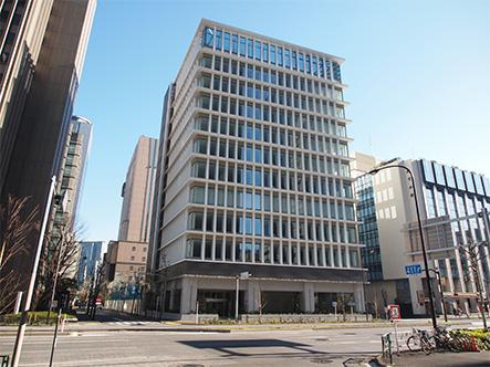 勤務地は、内幸町駅から徒歩すぐ。通勤にも、出張にも便利な立地に本社があります。