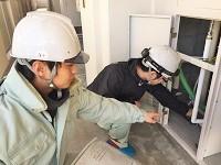 https://iishuusyoku.com/image/作業計画に基づき、現場で工事を行う職人さんに作業指示を行います。作業を円滑に進めるためにも、日頃のコミュニケーションが大事。