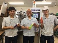 https://iishuusyoku.com/image/本社工場の先輩社員。化粧品を知らなくても大丈夫!私たちが一からしっかりと教えますので安心してください。