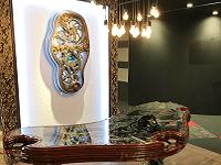 https://iishuusyoku.com/image/受付には、アーティストのデール・マティスの芸術作品のデスクと時計を配置し、インパクト有る空間に仕上げています。