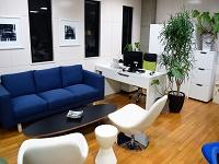 https://iishuusyoku.com/image/思わずホッと肩の力が抜ける休憩スペースには、おしゃれなテーブルや座り心地抜群のソファが。