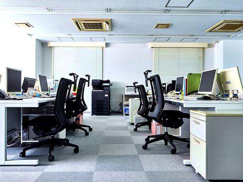 新大阪オフィスは駅から徒歩スグで通勤にも便利♪スタッフ全員で考えた誰にも平等な就業規則で、柔軟な就職条件のもと、仕事も家庭も両立できる環境です。