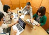 もちろんパソコンに向き合っての仕事も多いですが、急速に変化するWEB業界では情報共有のためにもチームでの話し合いもとても大切な時間。皆で意見を出しながら妥協のない仕事をしています!