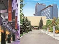 """「北の迎賓館」として80年以上の歴史を誇る""""札幌グランドホテル""""(左)。緑溢れる中島公園の中に立地するアーバンリゾートホテル""""札幌パークホテル""""(右)"""