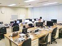 https://iishuusyoku.com/image/社内風景です。明るく広々としたデスクスペース。落ち着いて開発に集中できる環境です。