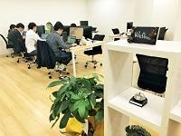 https://iishuusyoku.com/image/BGMも流れる、白を基調としたナチュラルなデザインのオフィス。社員同士のデスクも近く、自然と会話が生まれるアットホームな社内です。
